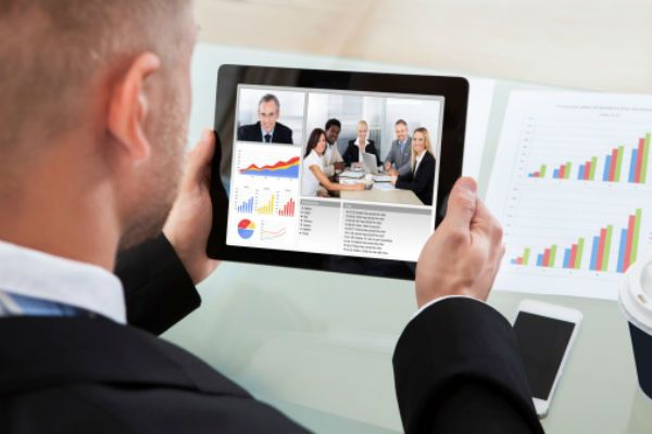 A man who works with his colleagues via Arvia video chat